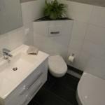 Das Bad mit WC über Eck